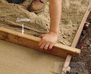 Выравниваем песок дорожки