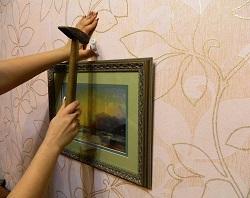 Как закрепить картину на стене