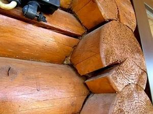 Трещины в стене деревянного дома